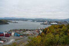 奥斯陆,挪威2016年10月14日:OSLOFJORD的一个港口与容器 库存照片