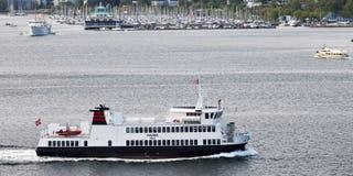 奥斯陆,挪威- 2012年5月17日:小轮渡Huldra在奥斯陆中水域运输乘客  库存图片