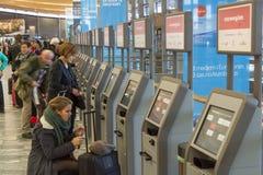 奥斯陆,挪威- 2014年11月27日:自动乘客清除a 免版税库存照片