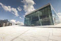 奥斯陆,挪威- 7月09 :在全国奥斯陆歌剧院的边的看法 免版税图库摄影