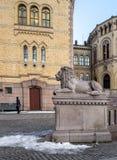 奥斯陆,挪威-行军16日2018年:挪威的议会的外部在奥斯陆,挪威 观看孤独的狮子雕象 库存照片