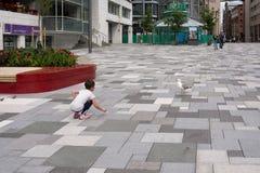 奥斯陆-小女孩和海鸥在Aker Brygge 库存图片