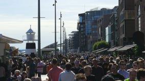 奥斯陆-挪威, 2015年8月:步行人民走的城市街道 股票视频
