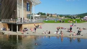 奥斯陆-挪威, 2015年8月:游泳的人们, astrup fearnley博物馆 股票录像