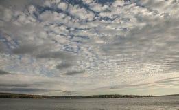 奥斯陆-海湾和被覆盖的天空 免版税库存照片