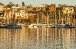 奥斯陆-海湾,在金黄日落的小船 免版税库存图片