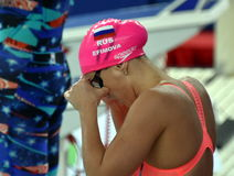 奥林匹亚和世界拥护游泳者尤莉娅YEFIMOVA鲁斯 免版税图库摄影