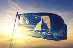 奥林匹亚美国旗子纺织品挥动在顶面日出薄雾雾的布料织品华盛顿州的城市首都  免版税库存照片