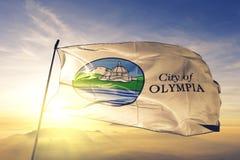 奥林匹亚美国旗子纺织品挥动在顶面日出薄雾雾的布料织品华盛顿州的城市首都  免版税图库摄影