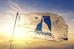 奥林匹亚美国旗子纺织品挥动在顶面日出薄雾雾的布料织品华盛顿州的城市首都  库存图片