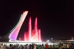 奥林匹克公园的吸引力是有火炬的一个发光的音乐喷泉 免版税库存照片
