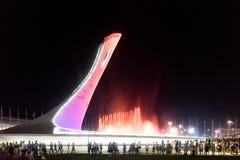 奥林匹克公园的吸引力是有火炬的一个发光的音乐喷泉 免版税库存图片