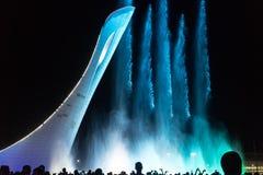 奥林匹克公园的吸引力是有火炬的一个发光的音乐喷泉 免版税图库摄影