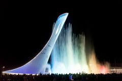 奥林匹克公园的吸引力是有火炬的一个发光的音乐喷泉 库存照片