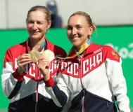 奥林匹克冠军合作俄罗斯叶卡捷琳娜・马卡洛娃(l)和艾莲娜・费丝莲娜在奖牌仪式期间在最后网球的双以后 免版税库存图片