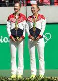 奥林匹克冠军合作俄罗斯叶卡捷琳娜・马卡洛娃(l)和艾莲娜・费丝莲娜在奖牌仪式期间在最后网球的双以后 图库摄影