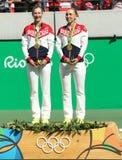 奥林匹克冠军合作俄罗斯叶卡捷琳娜・马卡洛娃(l)和艾莲娜・费丝莲娜在奖牌仪式期间在最后网球的双以后 库存照片