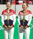 奥林匹克冠军合作俄罗斯叶卡捷琳娜・马卡洛娃(l)和艾莲娜・费丝莲娜在奖牌仪式期间在最后网球的双以后 免版税图库摄影