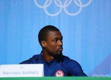 奥林匹克冠军在人` s蓝球队美国新闻招待会期间的哈里逊巴恩斯在里约2016年奥运会新闻中心 库存照片