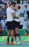 奥林匹克冠军杰克・索克(l)和美国Bethanie Mattek沙子在最后的混双以后庆祝胜利 库存照片