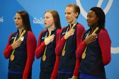 奥林匹克冠军队美国妇女` s 4 100m混合泳在里约2016年奥运会庆祝胜利 免版税库存照片
