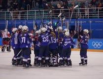 奥林匹克冠军队美国Meghan Duggan指挥行动的反对从俄罗斯的队奥林匹克运动员 免版税库存图片
