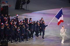 奥林匹克冠军马丁举着法国旗子的Fourcade带领奥林匹克队法国在2018个冬季奥运会打开期间 库存照片
