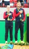奥林匹克冠军Bethanie美国的Mattek沙子(l)和杰克・索克在奖牌仪式期间的在最后的混双的胜利以后 免版税库存图片