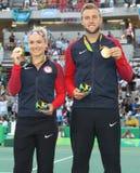 奥林匹克冠军Bethanie美国的Mattek沙子(l)和杰克・索克在奖牌仪式期间的在最后的混双的胜利以后 库存照片