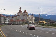 奥林匹克大道和旅馆复杂Bogatyr多雨夏天早晨的看法在爱德乐,索契 免版税库存图片