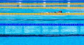 奥林匹克标准游泳场的女性游泳者 免版税库存照片