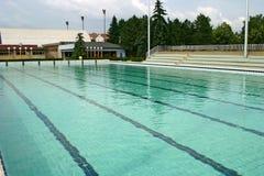 奥林匹克池游泳 库存照片