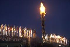 奥林匹克火炬在2002个冬季奥运会期间的晚上,盐湖城, UT 免版税库存图片