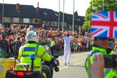 奥林匹克火炬接力运动员, Headingley,利兹,英国 免版税图库摄影