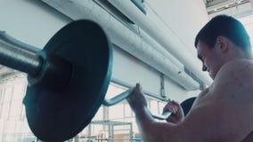 奥林匹克运动员推力特别重的人酒吧 影视素材