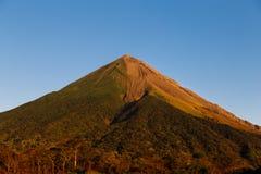 奥梅特佩岛火山视图 免版税图库摄影