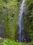 奥梅特佩岛,尼加拉瓜, 2018年5月, 14日:享用圣拉蒙瀑布的未认出的torist在s美好的晴天  库存照片