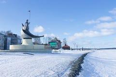 奥涅加湖,彼得罗扎沃茨克,俄罗斯的冬天堤防看法  彼得罗扎沃茨克雕塑诞生  免版税库存图片