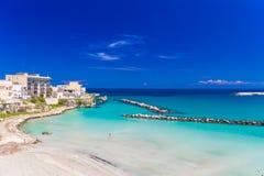 奥特朗托和它的海滩, Salento半岛,普利亚地区,意大利美丽的镇  免版税图库摄影