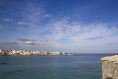 奥特朗托海有城市的在背景中 免版税库存图片
