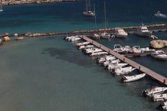 奥特朗托-意大利- 2016年8月02日:停放在一个晴天的小船 免版税库存照片