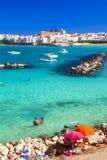 奥特朗托-有天蓝色的海滩的美丽的镇在普利亚,意大利 免版税库存照片