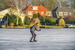 奥特霍伦,荷兰, 2017年2月4日-冰在冻池塘的Skaing 免版税图库摄影