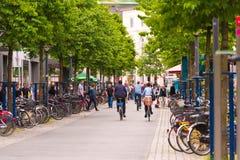 奥登堡,德国- 2017年6月10日:乘坐在老镇附近的一个小组骑自行车者 复制文本的空间 免版税库存照片