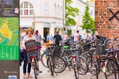 奥登堡,德国- 2017年6月10日:自行车的大停车处 复制文本的空间 库存照片