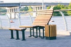 奥登长凳和垃圾箱 免版税库存图片