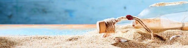 奥秘信件在瓶的海滩洗涤了  免版税库存图片