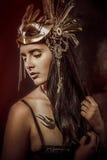 奥秘女王/王后,年轻与金黄面具,古老女神 免版税图库摄影