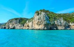 奥罗塞伊海湾岩石岸在一个清楚的夏日 免版税库存照片
