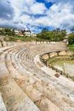 奥赫里德古色古香的古希腊圆形剧场或古董剧院有在奥赫里德和奥赫里德湖老镇的看法在马其顿 免版税图库摄影